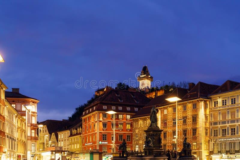 Lo Schlossberg o la collina alla notte, Graz, Austria del castello immagini stock