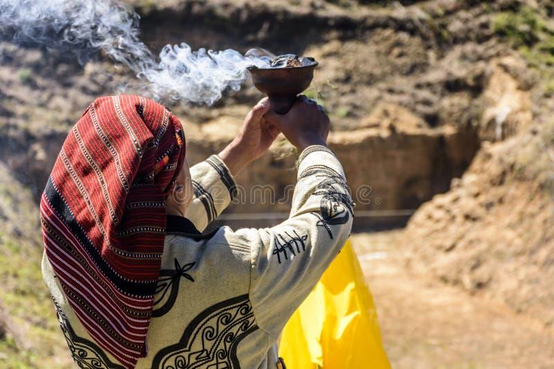 Lo sciamano di maya in vestito cerimoniale benedice la corte di gioco del pallone di maya, il lago Atitlan, Guatemala immagini stock libere da diritti