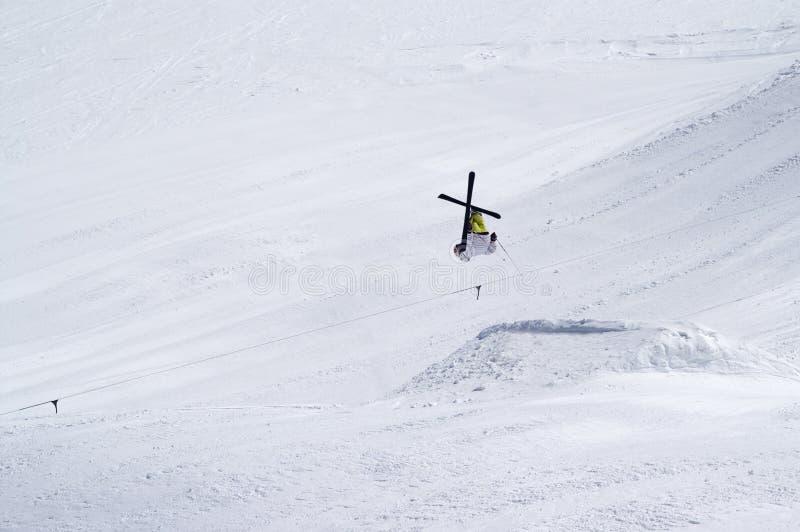 Lo sciatore che salta nel parco della neve alla stazione sciistica immagine stock
