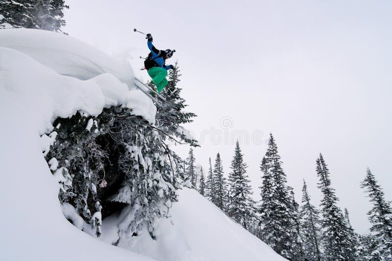 Lo sciatore che salta su fotografia stock libera da diritti