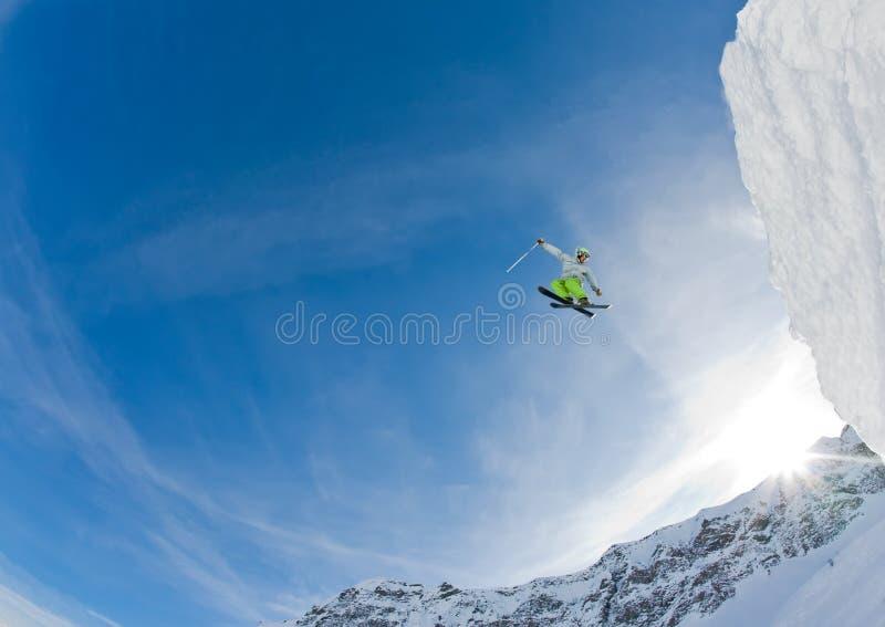 Lo sciatore salta fotografia stock