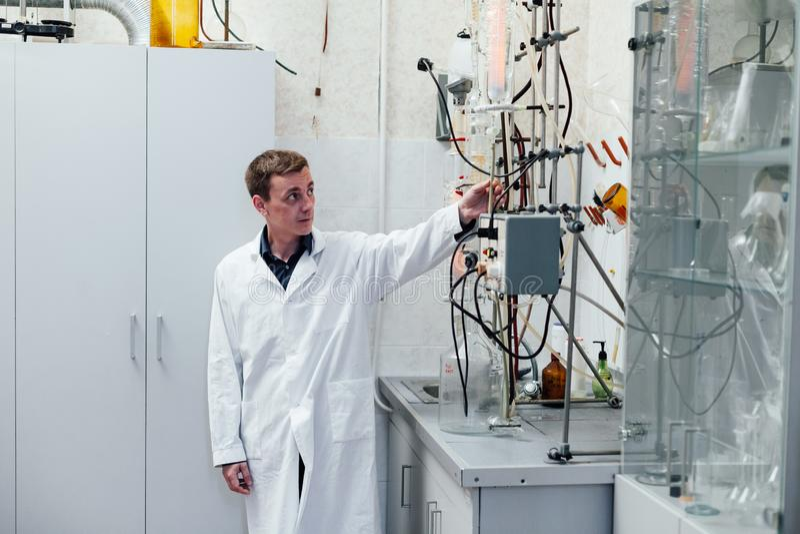 Lo scienziato esegue gli esperimenti chimici in laboratorio immagini stock libere da diritti