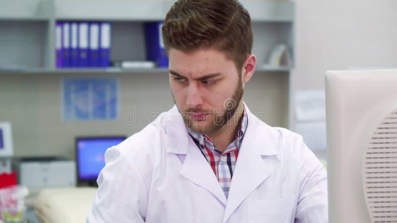 Lo scienziato maschio lavora al laboratorio immagine stock