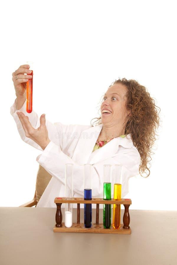 Lo scienziato pazzo della donna con le provette dà immagini stock