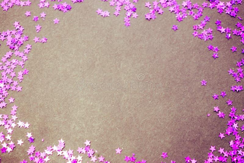 Lo scintillio porpora stars il fondo bianco con lo spazio della copia immagine stock