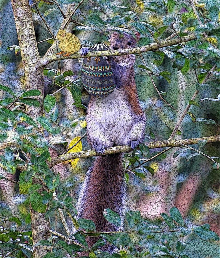 Lo scoiattolo scala un albero con il suo uovo di Pasqua del favorito fotografia stock libera da diritti