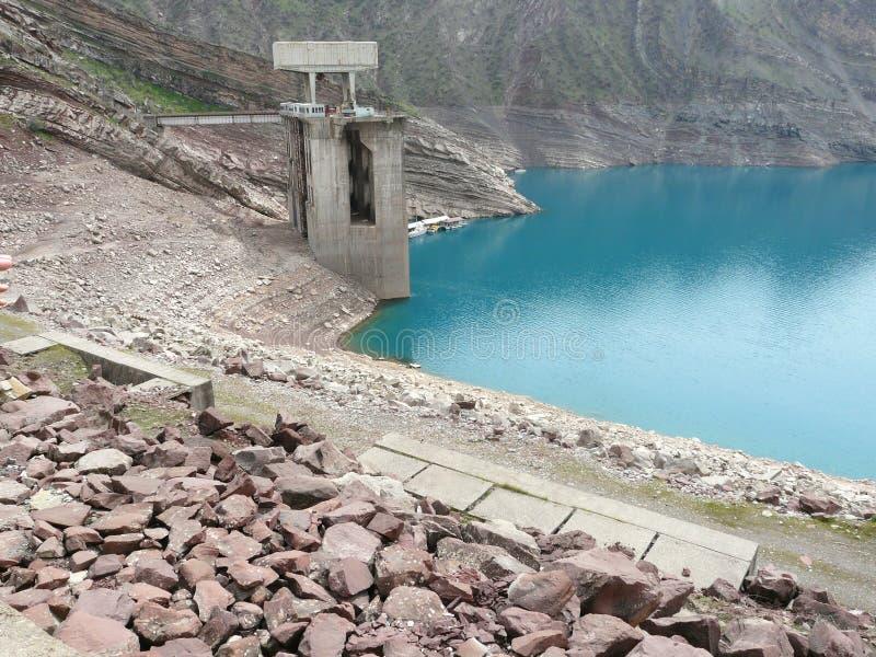 Lo scorrere il bacino idrico alle turbine della centrale idroelettrica Nurek fotografia stock