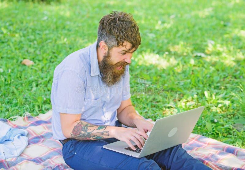 Lo scrittore o il blogger scrive il post per la rete sociale Ispirazione per il blogging Il blogger crea il contenuto per la rete fotografia stock