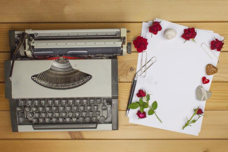 Lo scrittore redige un romanzo rosa Una lettera di amore per il San Valentino Dichiarazione di amore scritta su carta fotografia stock