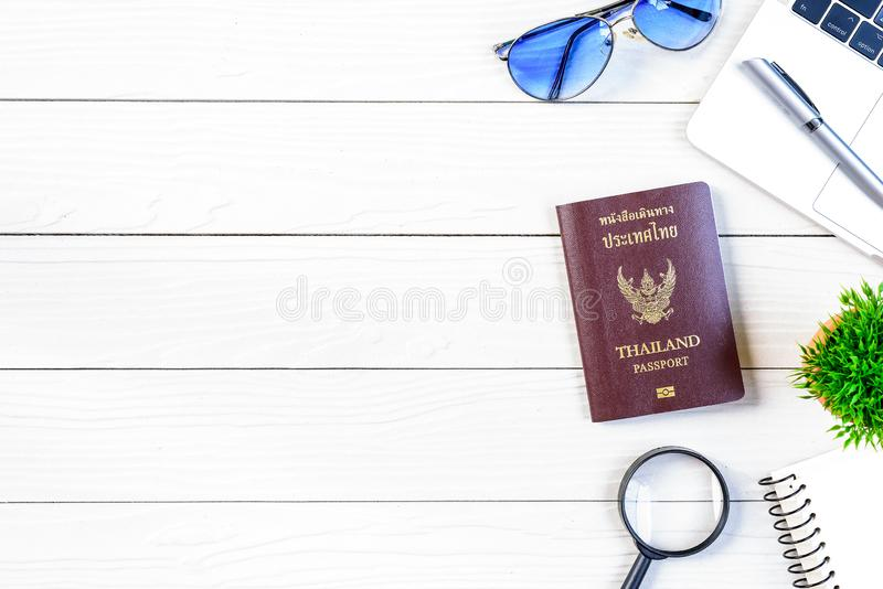 Lo scrittorio dell'operaio e dell'impiegato della gente tailandese ha viaggio che sogna e che prepara viaggiare e viaggiare intor immagine stock libera da diritti