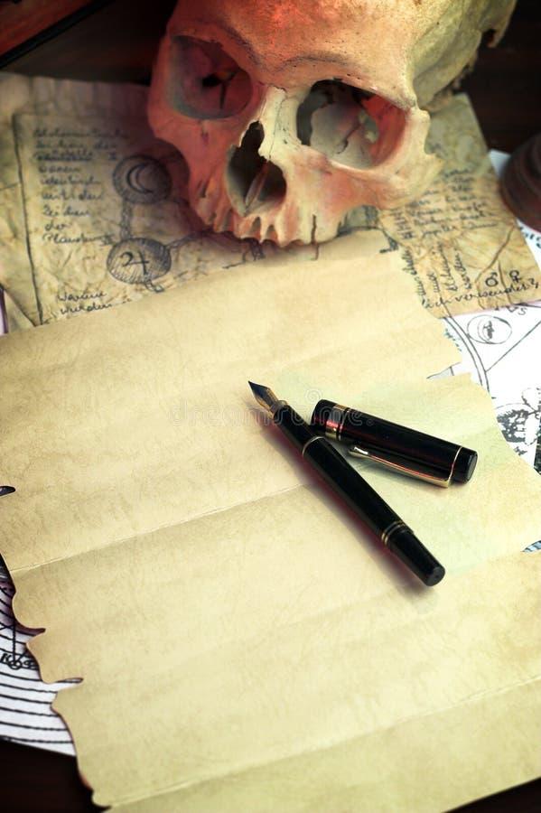 Lo scrittorio di un alchimista fotografie stock libere da diritti