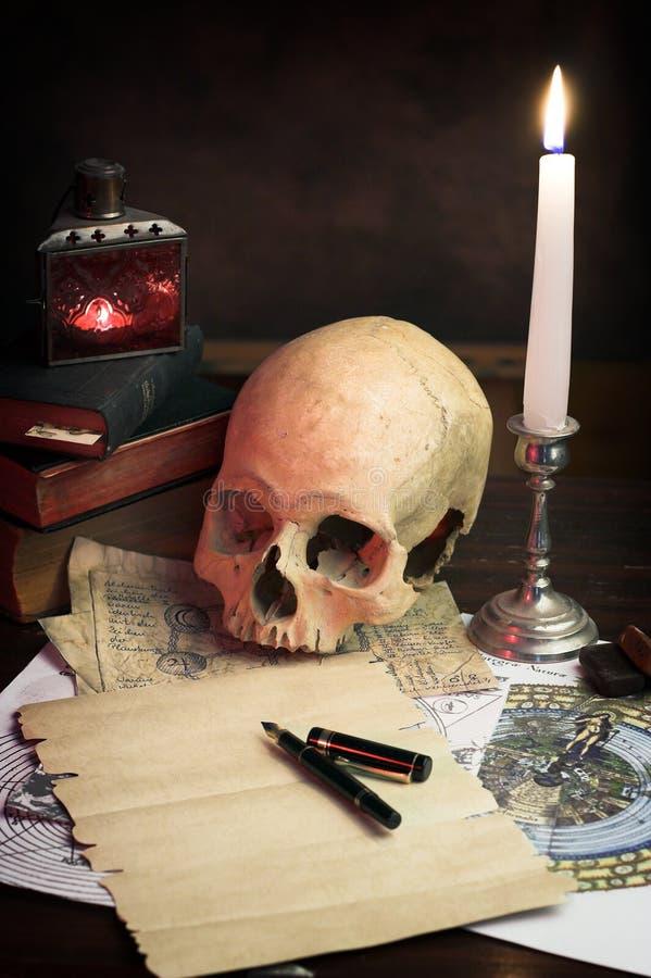 Lo scrittorio di un alchimista fotografia stock libera da diritti