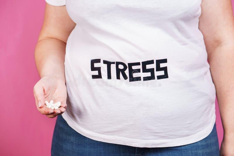 Lo sforzo, problema di mente, bulimia, mangia troppo, di peso eccessivo fotografia stock libera da diritti