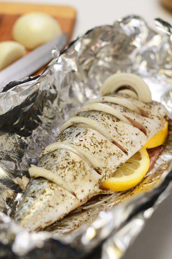 Lo sgombro fresco ha preparato per il forno che cucina, marinato con le spezie, il sale ed il limone Pesce crudo in stagnola immagine stock