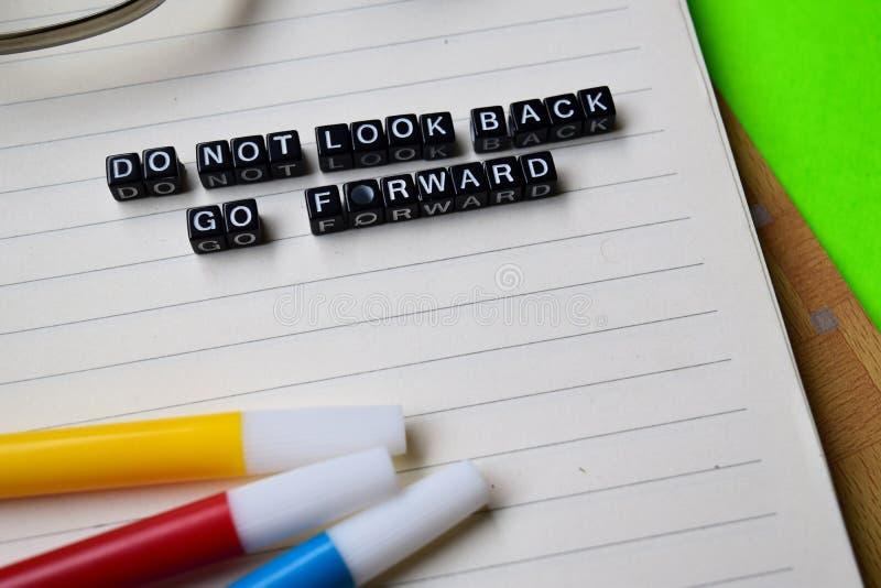 Lo sguardo del ` t di Don indietro va in avanti messaggio sui concetti di motivazione e di istruzione immagini stock libere da diritti