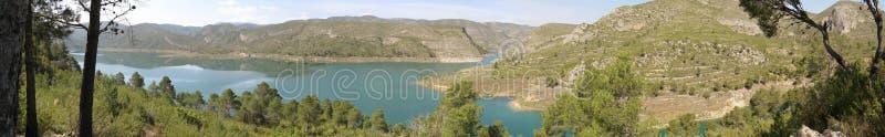 Lo sguardo panoramico del lago della montagna fotografie stock libere da diritti