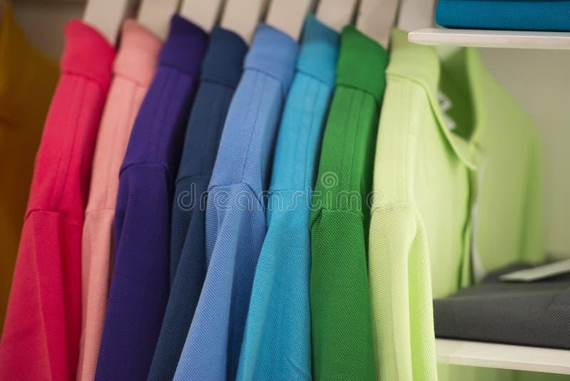 Lo short collega la camicia con un manicotto di polo sul banco di mostra fotografia stock libera da diritti