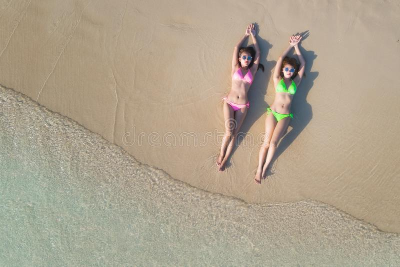 Lo slepp asiatico del modello di signora e si rilassa sulla spiaggia fotografia stock libera da diritti