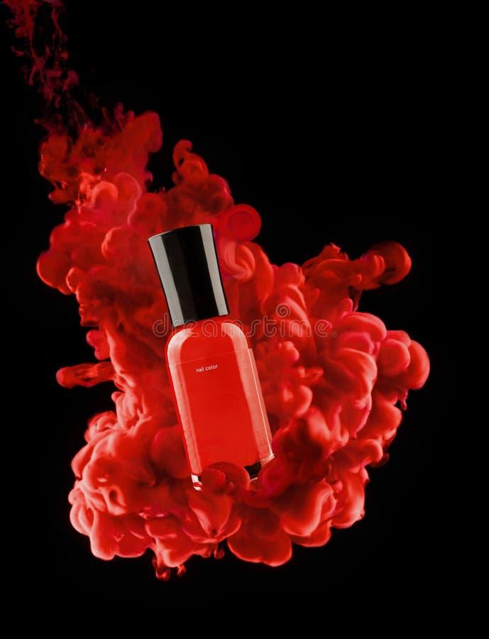Lo smalto rosso imbottiglia le nuvole di pittura immagine stock libera da diritti