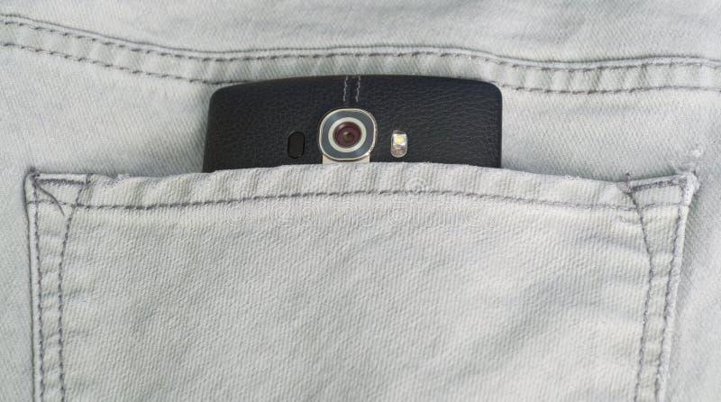 Lo Smart Phone in un tralicco indietro intasca immagini stock libere da diritti