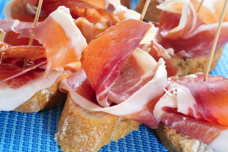 Lo Spagnolo pincho de jamon, prosciutto spagnolo è servito su pane immagine stock libera da diritti