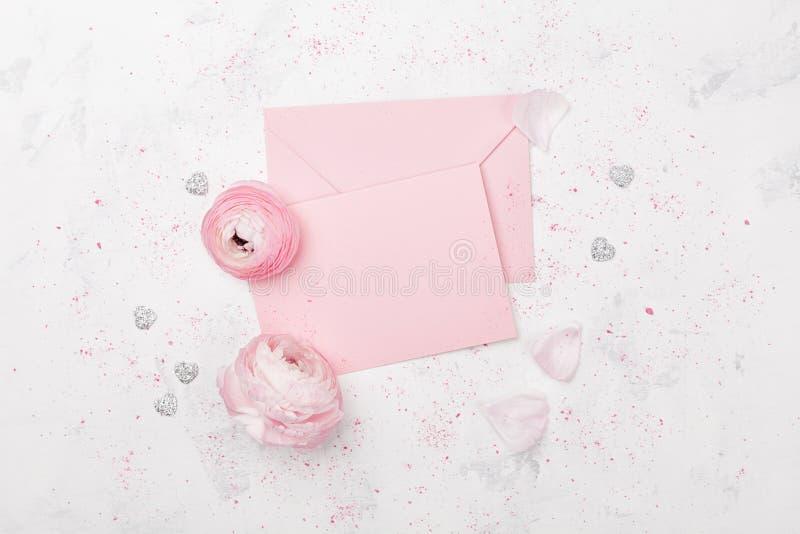 Lo spazio in bianco ed il ranunculus di carta rosa fioriscono sulla vista bianca del piano d'appoggio per il modello di nozze o l fotografia stock libera da diritti
