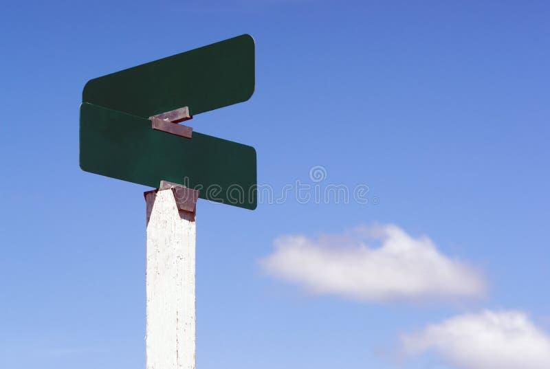 Lo spazio in bianco firma le nuvole dei cieli blu del segno del viale della via delle strade trasversali fotografia stock