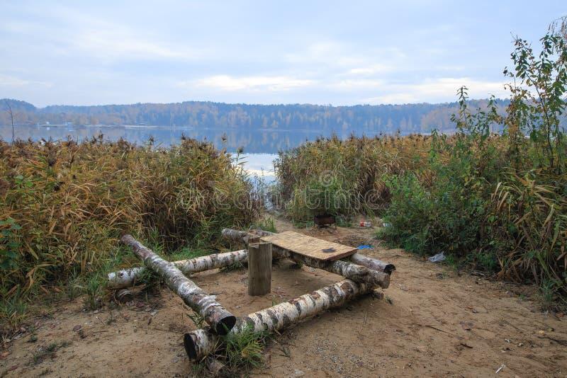 Lo spazio di sosta sul lago fatto della betulla registra fotografie stock libere da diritti