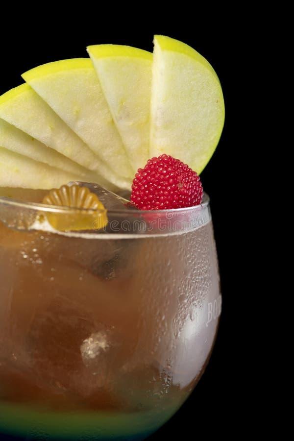 Lo speciale ha ghiacciato il cocktail del tè con coke, rum leggero, il curacao ed agrodolce blu immagini stock