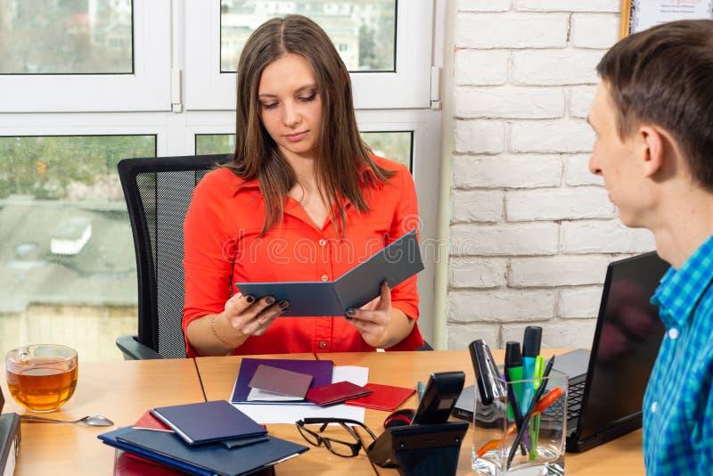 Lo specialista del personale fa la conoscenza di diploma all'intervista con la posizione del richiedente immagine stock