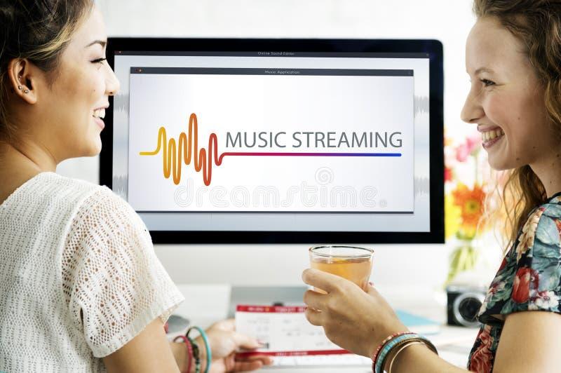 Lo spettacolo online di multimedia di musica suona il concetto immagini stock libere da diritti