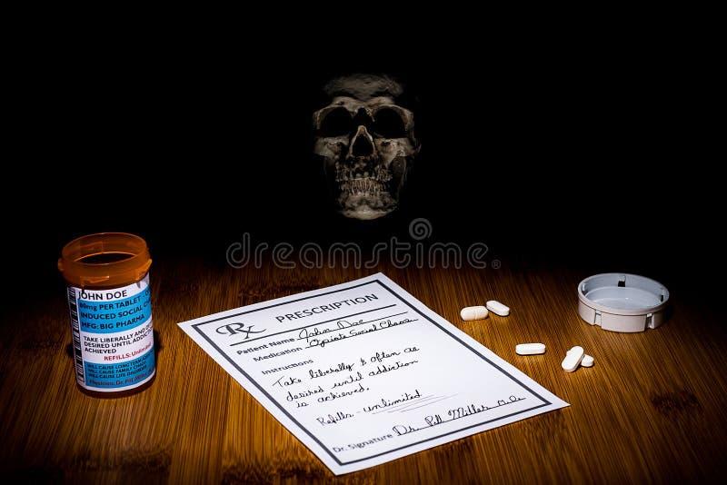 Lo spettro di dipendenza e della morte è sempre presente nell'uso e nell'abuso dell'oppioide Il cranio indugia nello scuro ci che immagini stock libere da diritti