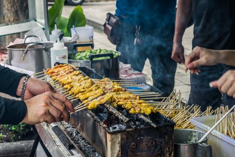 Lo spiedo della griglia della carne di maiale satay più famoso con il bastone di bambù è servito fotografia stock libera da diritti