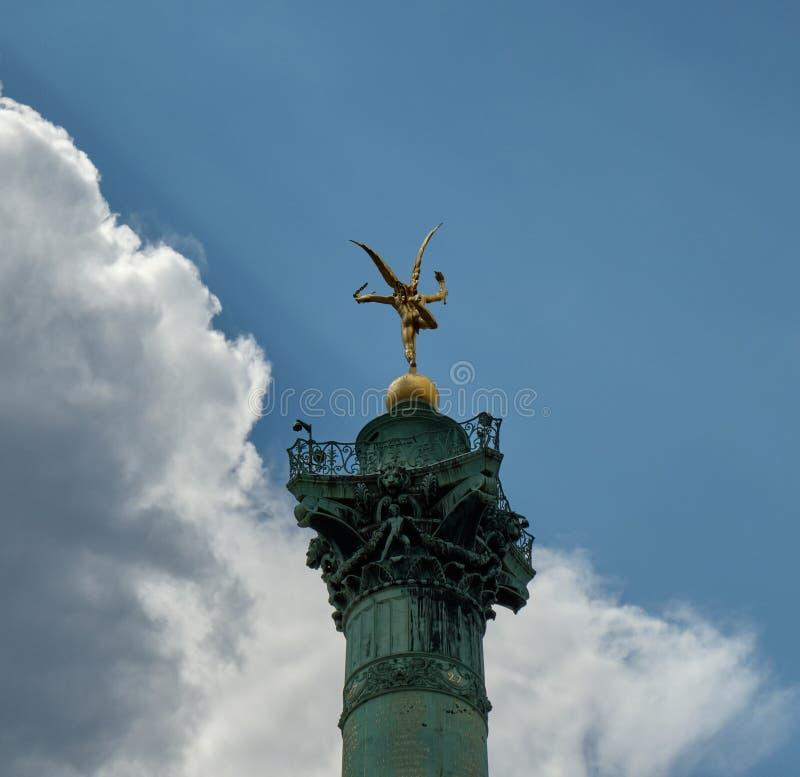 Lo spirito di libertà ha evidenziato come le rotture del sole attraverso le nuvole di tempesta Bastille sul posto, Parigi fotografie stock libere da diritti
