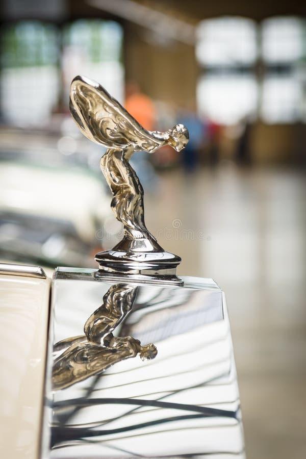 Lo spirito famoso dell'emblema di estasi sulla Rolls Royce Corniche IV fotografia stock