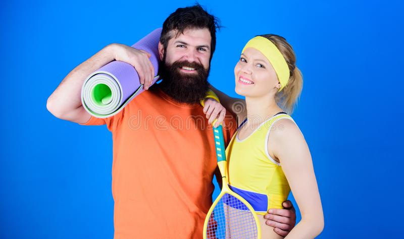 Lo sport ? la nostra vita Concetto sano di stile di vita Coppie della donna e dell'uomo nell'amore con la stuoia di yoga e l'attr fotografie stock libere da diritti