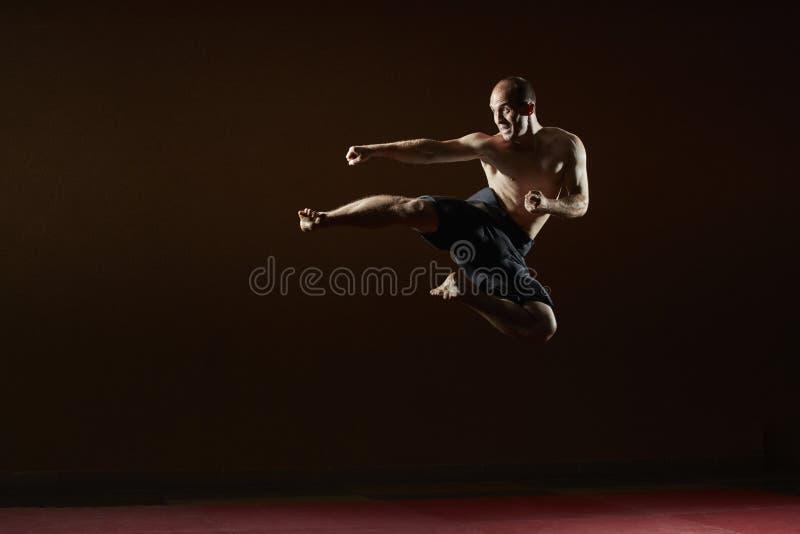 Lo sportivo adulto prepara una scossa in un salto fotografia stock