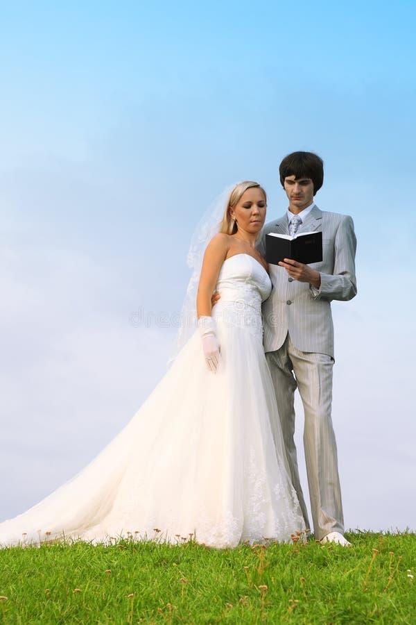 Lo sposo e la sposa hanno letto insieme la bibbia fotografie stock libere da diritti
