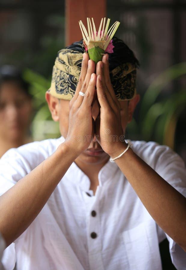 Lo sposo indonesiano prega immagini stock
