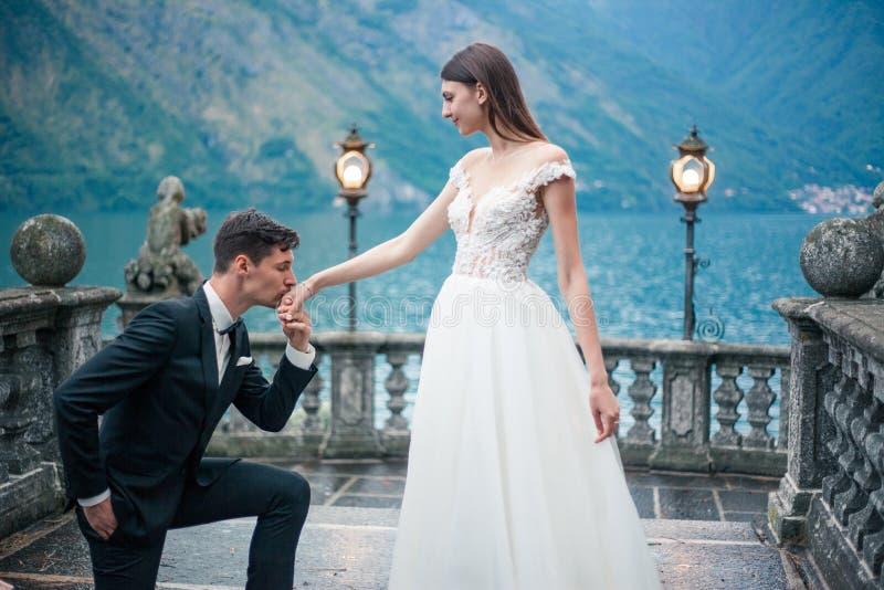 Lo sposo offre il matrimonio fotografia stock