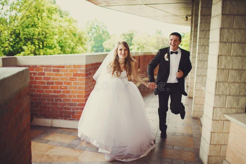 Lo sposo si diverte mentre siitting con una sposa al piano fotografie stock libere da diritti