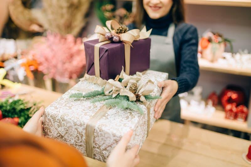 Lo spostamento del venditore di servizio dà al contenitore di regalo del cliente fotografia stock