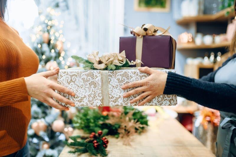 Lo spostamento del venditore di servizio dà al contenitore di regalo del cliente fotografia stock libera da diritti