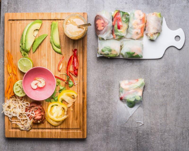 Lo spostamento della carta di riso rotola con le varie verdure tagliate immagine stock