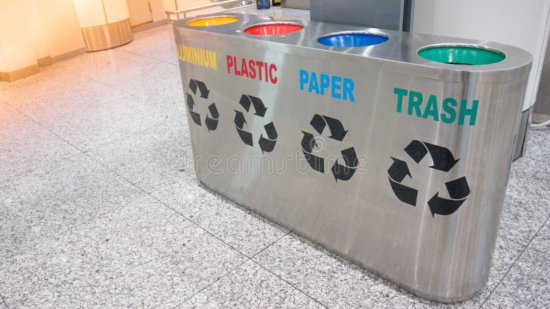 Lo spreco inossidabile del bidone della spazzatura della costruzione dell'interno dell'ufficio del terminale di aeroporto ricicla fotografie stock libere da diritti