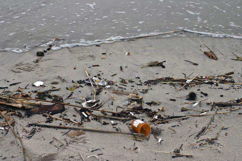 Lo spreco medico ha lavato in su su una spiaggia fotografie stock libere da diritti
