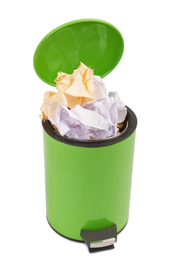 Lo spreco può in pieno su con carta sgualcita Isolato sul backgro bianco fotografie stock