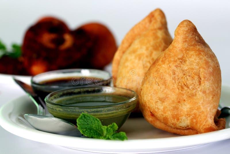 Lo spuntino fritto nel grasso bollente indiano popolare ha chiamato il samosa fotografia stock
