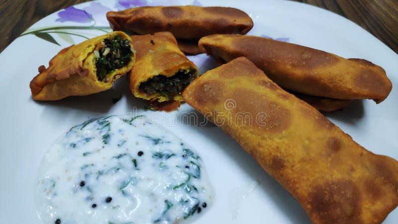 Lo spuntino indiano delizioso ha chiamato come vadi del kothimbir condito con il chutney della cagliata fotografia stock libera da diritti