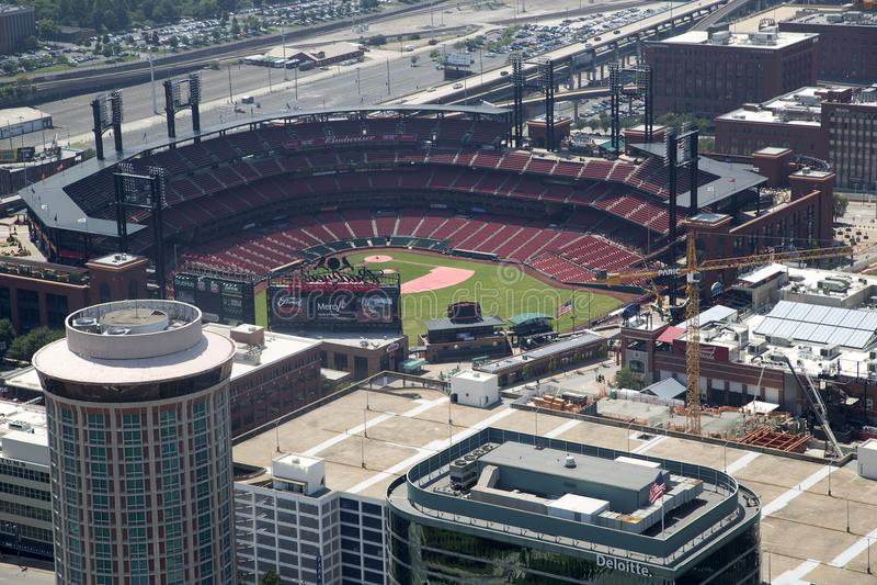 Lo stadio di baseball di St. Louis della città ha visto dalla cima dell'arco fotografia stock libera da diritti